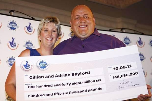 Gillian et Adrian Bayford avec leur cagnotte impressionnante de 148 656 000 £